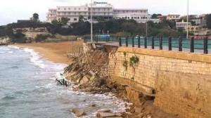 crolla muro piazza lido di noto