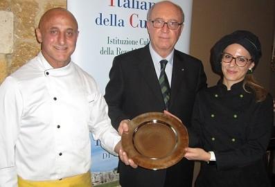 Angelo Tamburini consegna il piatto d'argento dell'Accademia allo Chef Salvatore  Calleri ed al Sou-Chef  Roberta Gallo