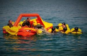 Finti naufraghi in acqua