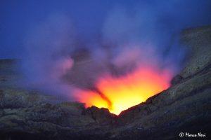 Gas incandescenti vengono emessi continuamente ed in modo pulsante dalla bocca apertasi il 7 agosto 2016 sulla parente orientale interna della Voragine. La fotografia è stata scattata la sera del 10 agosto, dall'orlo occidentale del Cratere Centrale.