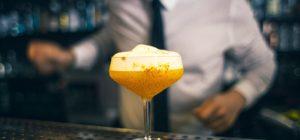 Consumo di alcol tra i giovani, fenomeno binge drinking. Confessioni e raccomandazioni di un bartender
