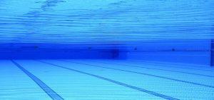 Area piscina, come ottimizzare gli spazi con la copertura a tapparella